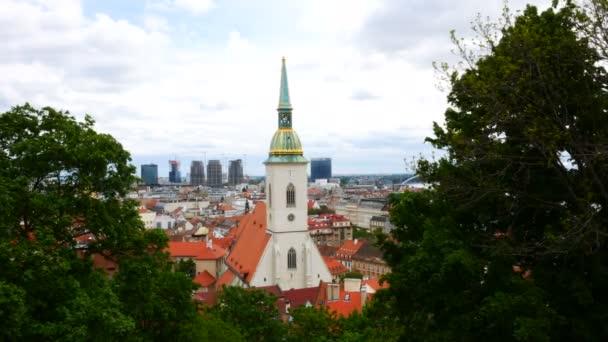 Bratislava, Slovensko, pohled na kostel sv. Martina mezi stromy