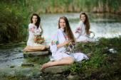 Három lány, az ukrán nemzeti ruha koszorúk, fl