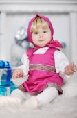 holčička v Ruské národní šaty a šátek na její hlavu sitt