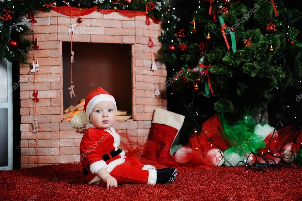 baba fiú öltözött Mikulás. A Santa ruha a hátán a fiú — Stock Fotó ... 6d7b2e841b