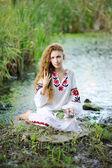 Az ukrán nemzeti koszorúk, virágok o ruha lány