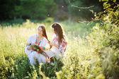 Két ukrán nemzeti lányos ül a fűben. lány