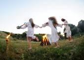 Lányok, az ukrán nemzeti pólók, tánc a tábortűz körül