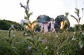 Ukrán lány egy fehér sundress a h virágok koszorút