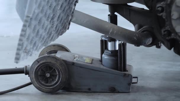 Detailní pohled na profesionální pneumatický jack.