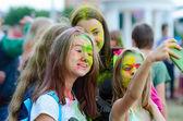 Mladé dívky se selfie během Holi Festival v Gomel, Bělorusko