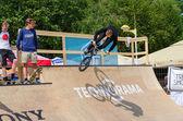 BMX jezdec provádí skok do rampy, Palanga, Litva
