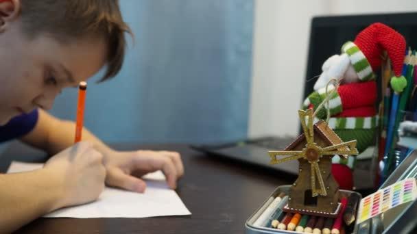 chlapec nakreslí na papír postavu Santa Clause. nový rok