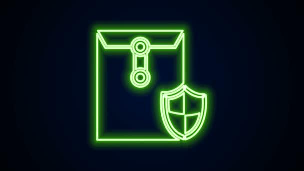 Ragyogó neon vonal Boríték pajzs ikon elszigetelt fekete alapon. Biztosítási koncepció. Biztonság, biztonság, védelem, védelem. 4K Videó mozgás grafikus animáció