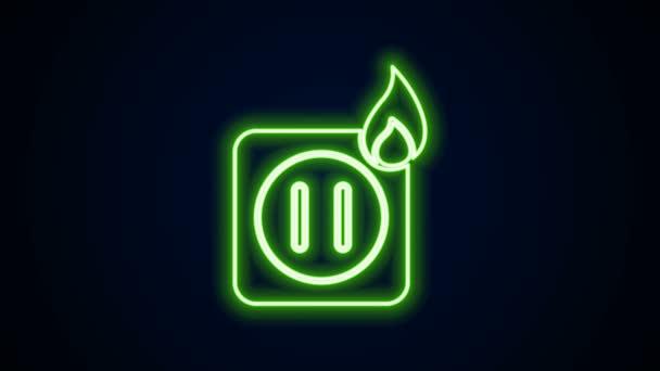 Žhnoucí neonová čára Elektrické zapojení zásuvky v ohni ikony izolované na černém pozadí. Koncept elektrické bezpečnosti. Zásuvka v plamenech. Grafická animace pohybu videa 4K