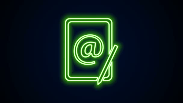 Zářivý neonový řádek Ikona pošty a pošty izolovaná na černém pozadí. E-mail - symbol obálky. Podpis e-mailové zprávy. Grafická animace pohybu videa 4K