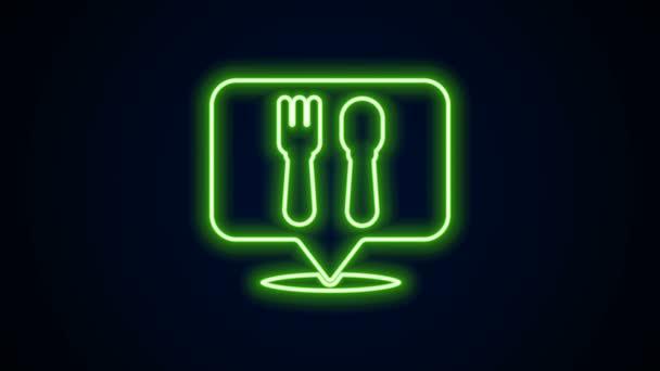 Zářící neon line Cafe a restaurace umístění ikona izolované na černém pozadí. Znak vidličkové a lžíce uvnitř přesně ukazuje. Grafická animace pohybu videa 4K.