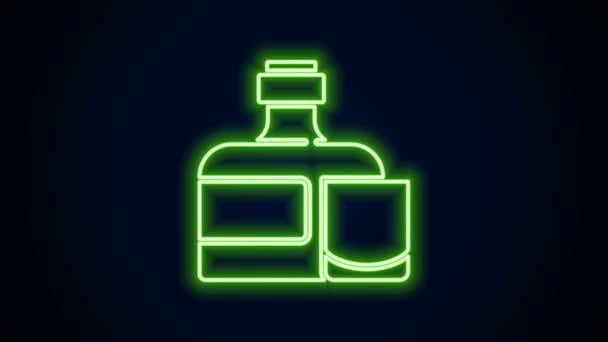 Világító neon vonal Whiskey palack és üveg ikon elszigetelt fekete alapon. 4K Videó mozgás grafikus animáció