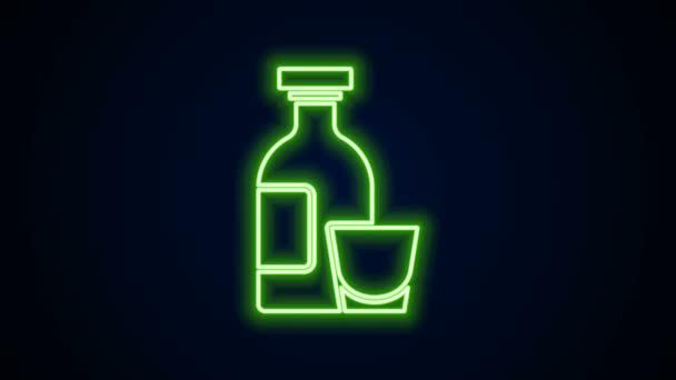 Ragyogó neon vonal Alkohol ital Rum palack és üveg ikon elszigetelt fekete alapon. 4K Videó mozgás grafikus animáció