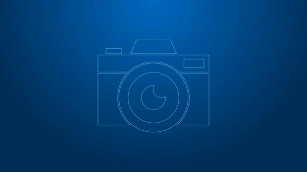 Bílá čára Ikona fotoaparátu izolované na modrém pozadí. Ikona fotoaparátu. Grafická animace pohybu videa 4K