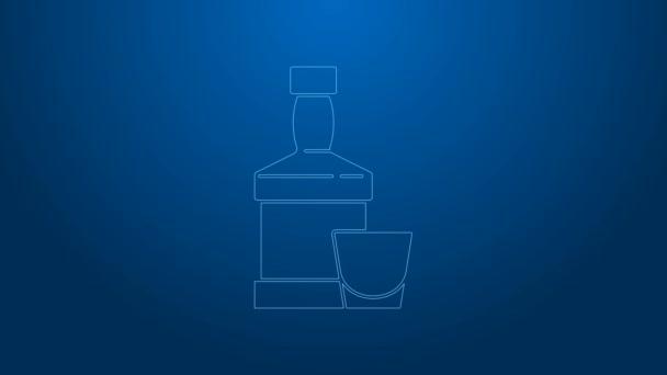 Fehér vonal Whiskey palack és üveg ikon elszigetelt kék alapon. 4K Videó mozgás grafikus animáció