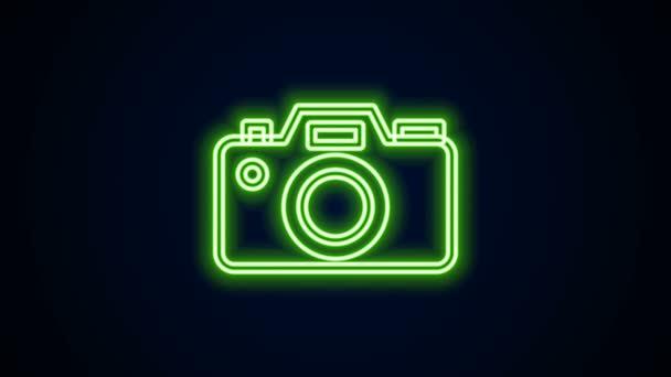 Zářící neonová čára Ikona fotoaparátu izolovaná na černém pozadí. Ikona fotoaparátu. Grafická animace pohybu videa 4K