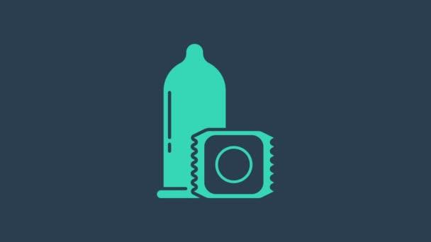 Türkis Kondom sicheres Sexsymbol isoliert auf blauem Hintergrund. Sicheres Liebessymbol. Verhütungsmethode für Männer. 4K Video Motion Grafik Animation