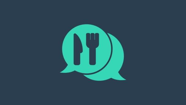 Tyrkysová Cafe a restaurace umístění ikona izolované na modrém pozadí. Znak vidličkové a lžíce uvnitř přesně ukazuje. Grafická animace pohybu videa 4K.