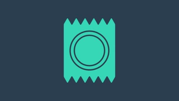 Türkisfarbenes Kondom in verpackungssicherem Sexsymbol isoliert auf blauem Hintergrund. Sicheres Liebessymbol. Verhütungsmethode für Männer. 4K Video Motion Grafik Animation