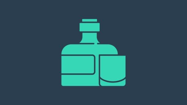 Türkiz Whiskey üveg és üveg ikon elszigetelt kék alapon. 4K Videó mozgás grafikus animáció
