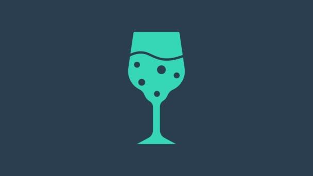 Tyrkysová Skleněná ikona šampaňského izolovaná na modrém pozadí. Grafická animace pohybu videa 4K