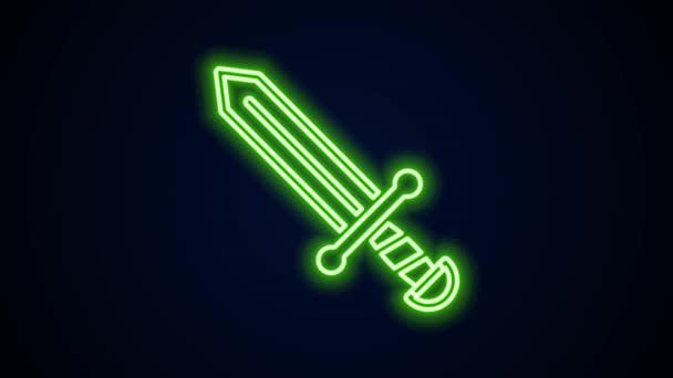 Ragyogó neon vonal Középkori kard ikon elszigetelt fekete háttérrel. Középkori fegyver. 4K Videó mozgás grafikus animáció
