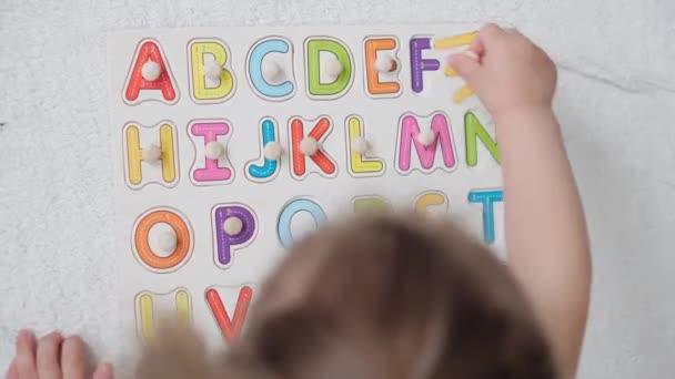 20.06.2020, Kyjev, Ukrajina. vzdělávání, domácí školství, dětství, věda, vzdělávací hry, kreativní, self-vzdělávací koncepce. Malá holka hrát s afavit hádanky na tabuli.