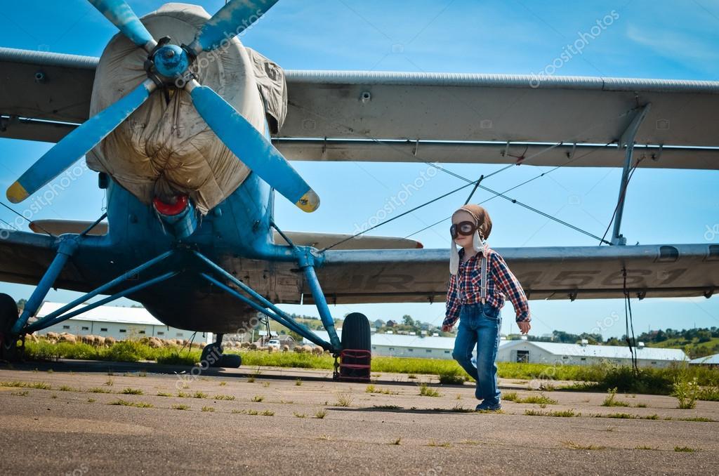 Kletterausrüstung Im Flugzeug : 6young pilot geht im flug u2014 stockfoto © 10011984 #91579164