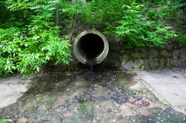 The run-off pipe discharging water