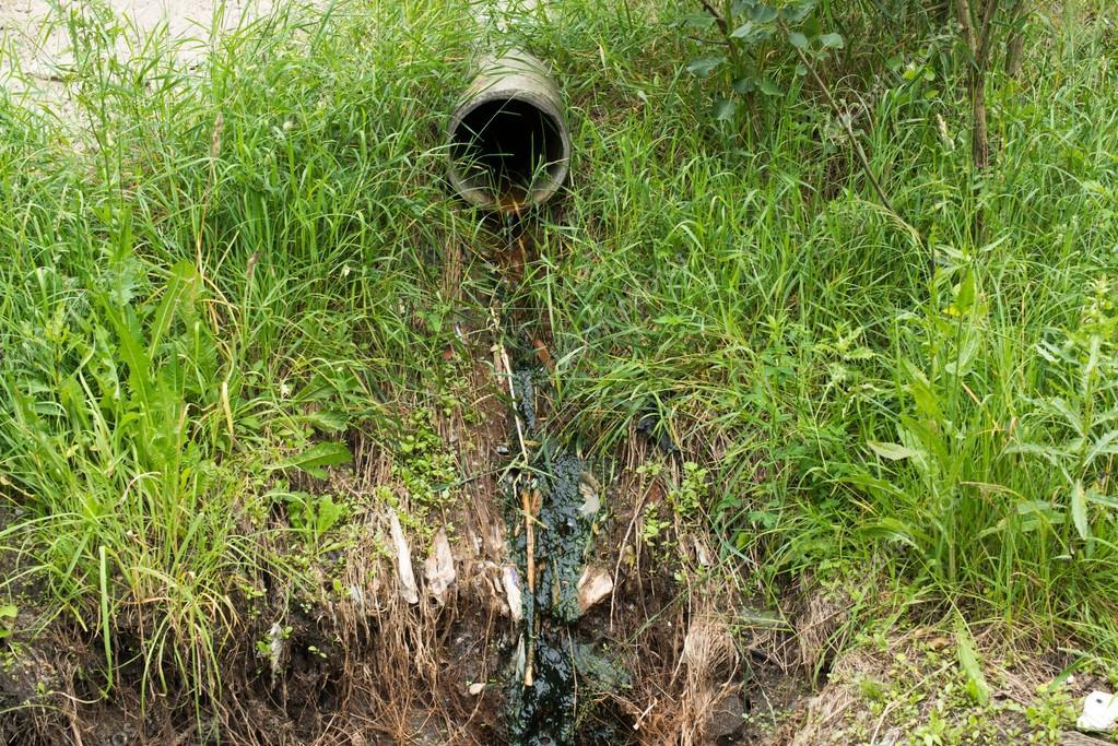 Tubo di deflusso dell 39 acqua di scarico foto stock for Tubo di scarico del riscaldatore dell acqua