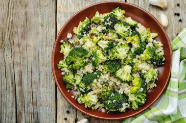 roasted garlic broccoli quinoa salad