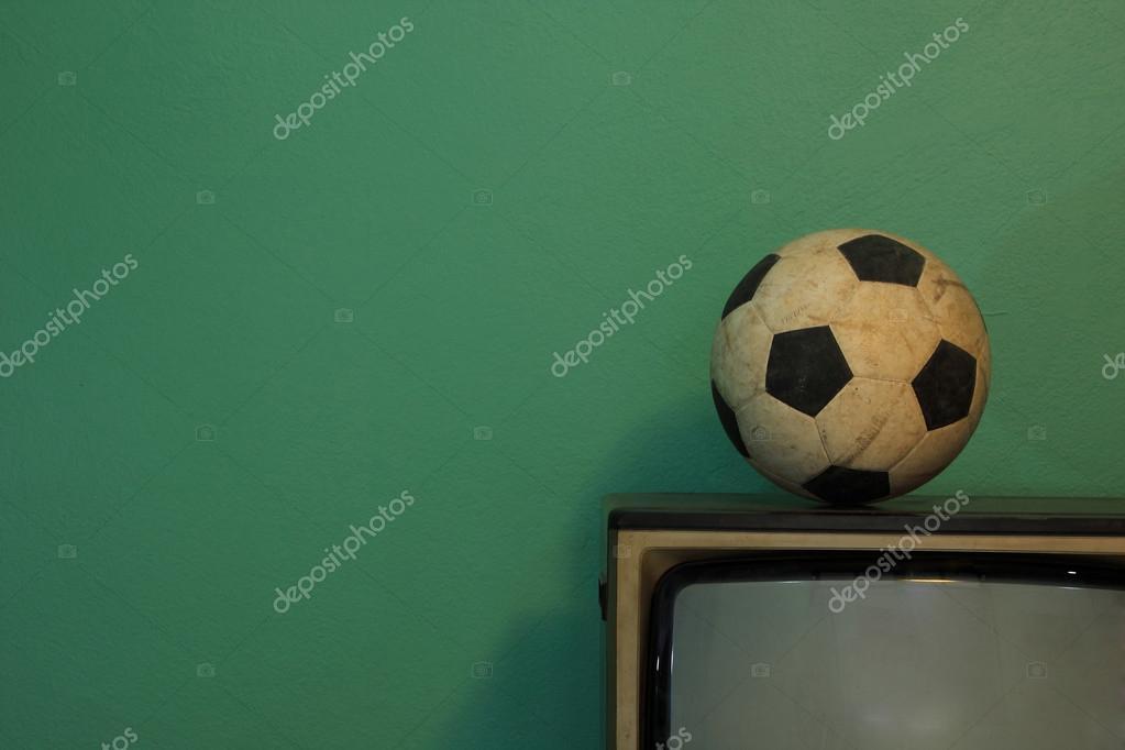 Eine Alte Fussball Auf Einem Retro Fernseher Mit Retro Grun