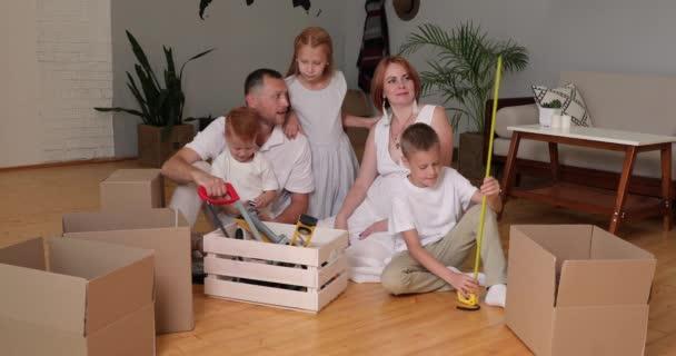 Financování hypotečních úvěrů v oblasti nemovitostí. koncepce renovace. rodina renovuje dům
