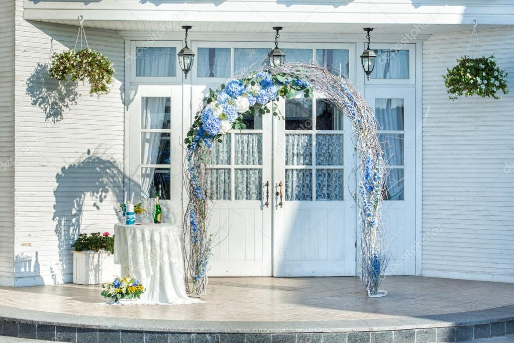 Wedding arch of vines with flowers — Stock Photo © Silkstocking ...