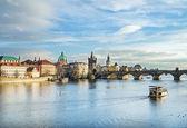 Pohled přes řeku Vltavu, Karlův most a bílé labutě f