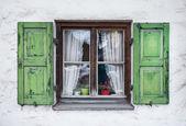 Fotografie Authentische Fenster mit grünen hölzern Shuttters in einer kleinen Stadt von