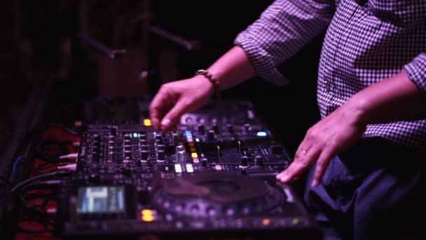 DJ tánczenét játszik a nightclubban. Az éjszakai élet koncepciója.