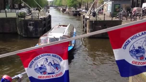 Canal cruise v Amsterdamu s onze hollandse nieuwe příznaků v Nizozemsku