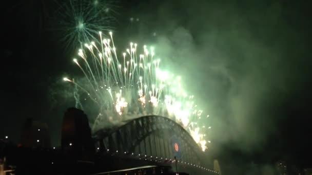 ohňostroje od sydney harbour bridge v Austrálii