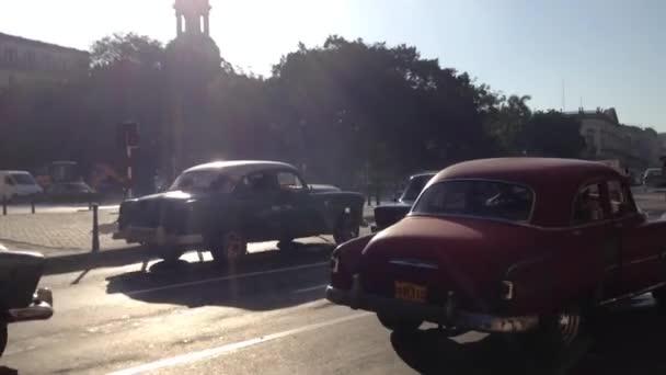 Klasická auta v centru Havany, Kuba