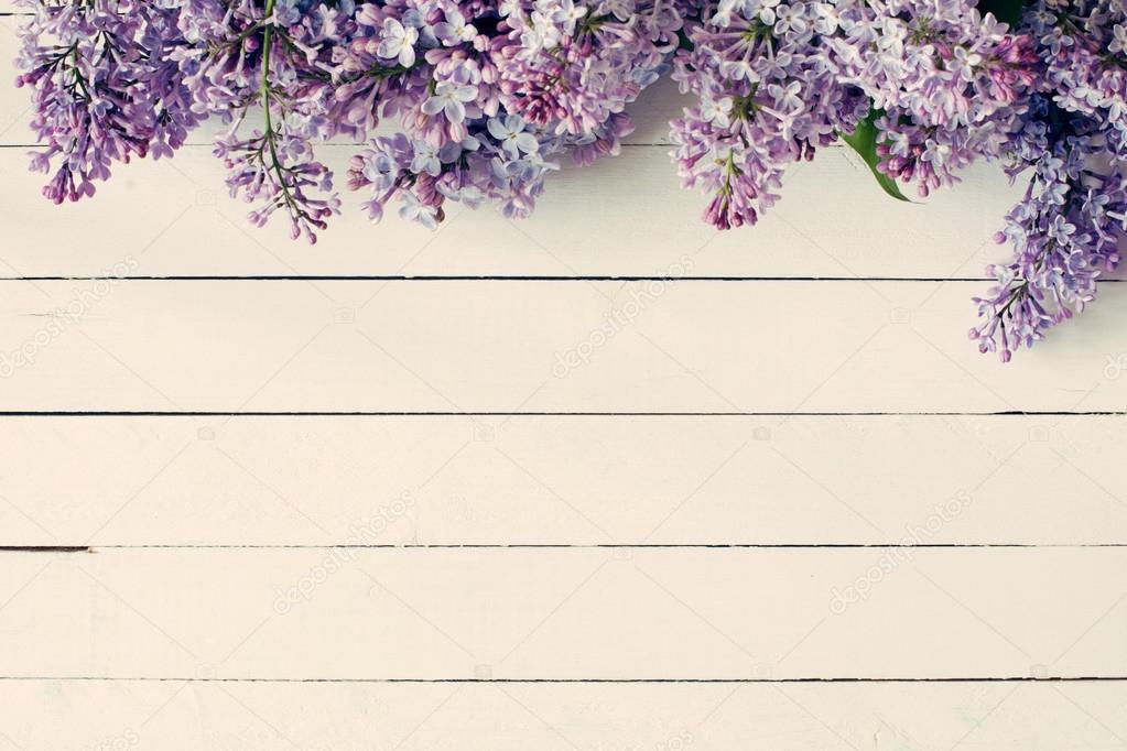 Flores Lilas Con Rosas Sobre Fondo: Fondo De Madera Vintage Con Flores De Color Lilas