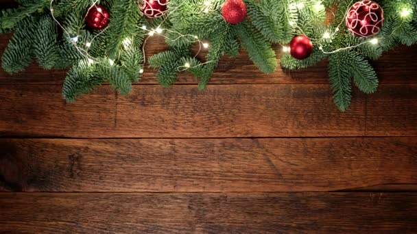 Vánoční pozadí s dřevěnými prkny a vánoční jedle, světla a dekorace. Kopírovat prostor pro prvky návrhu, text nebo film