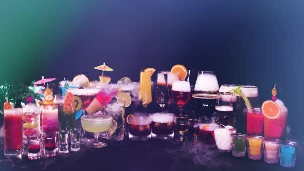 Sok különböző színes koktélok különböző szemüveg fekete háttér. Sok népszerű italok száraz jég füst hatása. Koktélok bárban vagy éjszakai klubban, ünnepi idő vagy csapos show.