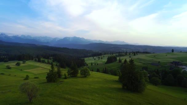 Horská letní krajina, letecký výhled. Epický výhled na údolí Zelených hor. Filmový letecký pohled na západ slunce nad horskou krajinou.