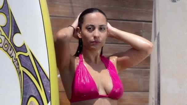 Žena v plavkách ve sprše