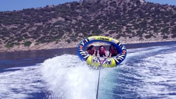 Amici su corsa in acqua
