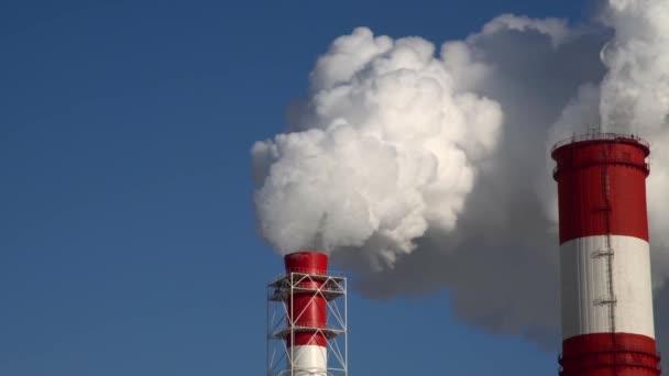 Kraftwerk. Ausrüstung von Elektrizitätswerken. Weißer Rauch aus einer Pfeife