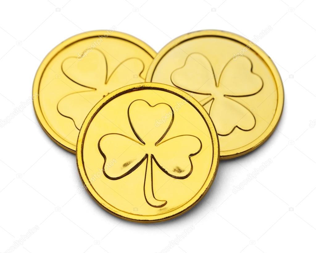 d8af92caf0f3 Tres monedas de oro con el Desgin de trébol de tres hojas aisladas sobre  fondo blanco — Foto de ...