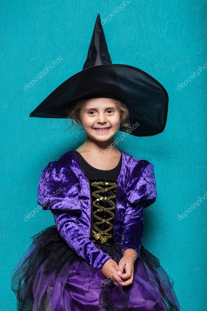 Porträtt av liten flicka i svart hatt och häxa kläder. Halloween. Fairy.  Saga a1944f04d8ec2